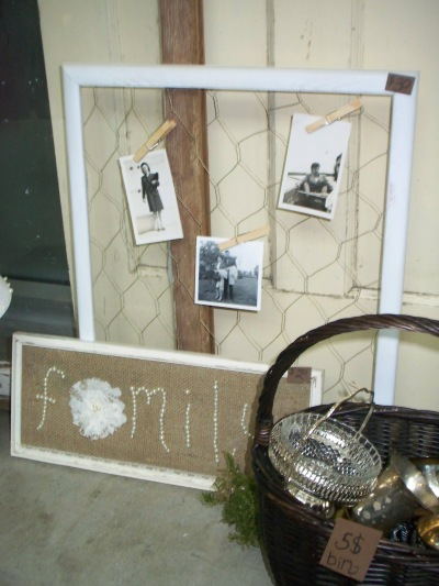 I love this creative way of hanging pictures: a frame, chicken wire, and paper clips.